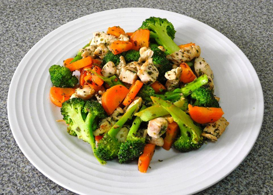 Салат с куриной грудкой и брокколи рецепт